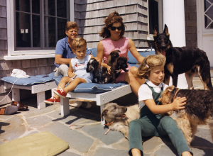 Kennedy_Family_with_Dogs_During_a_Weekend_at_Hyannisport_1963-crop
